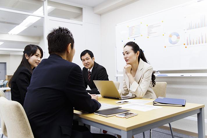 pixta_40633866_XL_打ち合わせ 女性 男性 チーム (1)